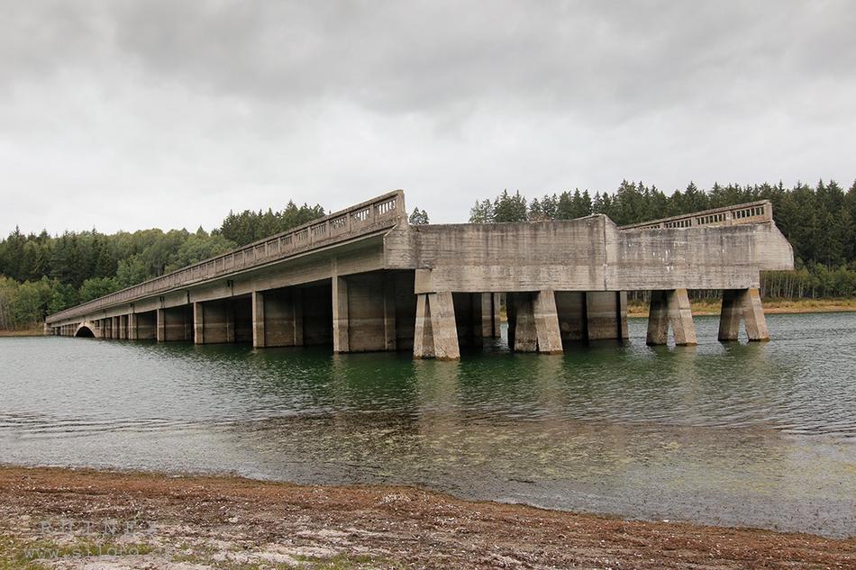 Nedokončené mosty protektorátní dálnice na vodní nádrži Švihov