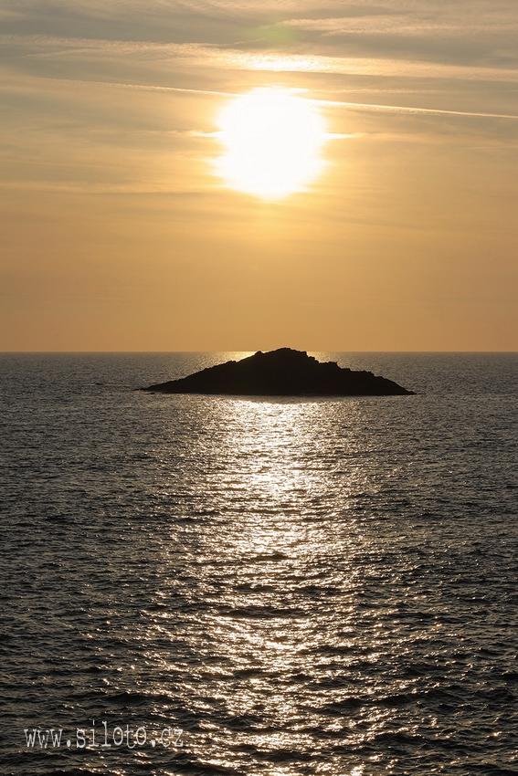 Výhled na oceán při západu slunce
