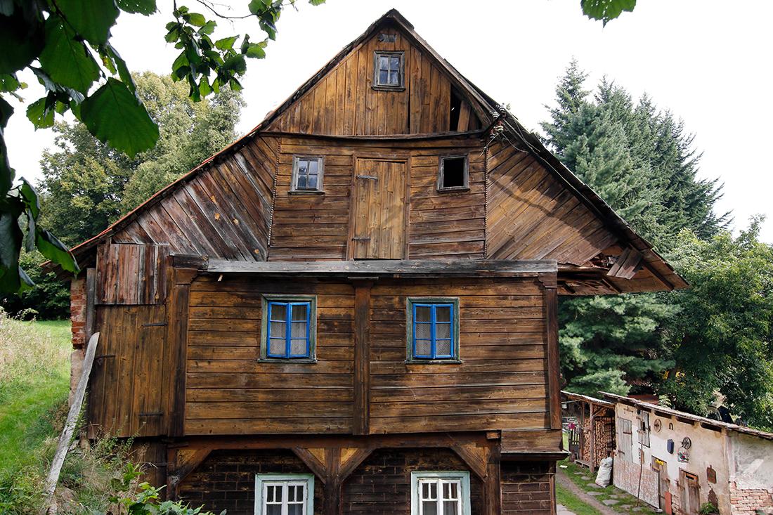 Nahnutá chalupa - Tipped cottage