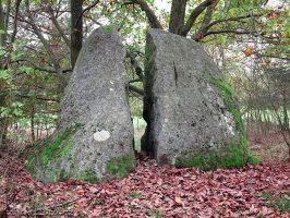 Puklý menhir u Husovy kazatelny