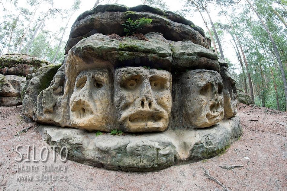 Skalní reliéfy a jeskyně Harfenice – Rock reliefs and grotto