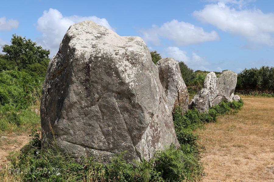 Alignements de Kerzérho – řady menhirů u Erdevenu, Bretaň, Francie  [lang=EN]Alignments of Kerzerho – archaeological site with menhirs lines, Erdeven, Brittany, France[/lang]