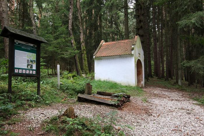 Farní kaple z roku 1844 na křížové cestě